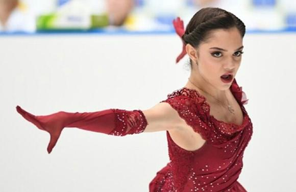 赤い胸元が開いた衣装のメドベージェワ